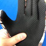 手の平の素材が厚く衝撃吸収できる手袋もあります